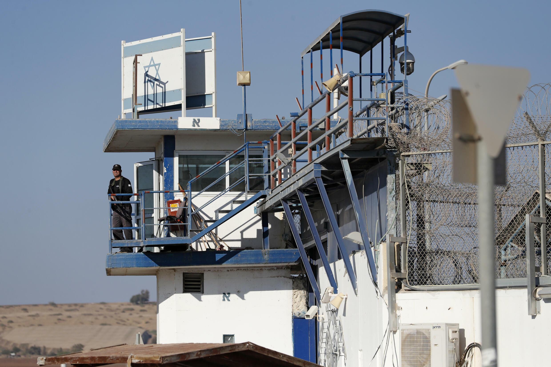 Un miembro de las fuerzas de seguridad israelíes hace guardia en la prisión de Gilboa, en el norte de Israel, el 18 de septiembre de 2021