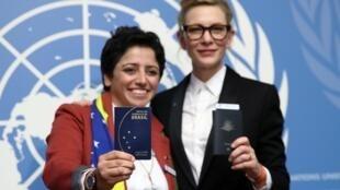 L'apatride Maha Mamo (à gauche) pose avec son passeport brésilien à côté de l'actrice américain Cate Blanchett ambassadrice de bonne volonté de l'ONU. Le 7 octobre 2019.