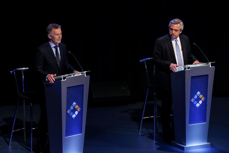 Não há pesquisa de intenção de voto que não indique uma vitória do candidato Alberto Fernández (D), mas presidente Mauricio Macri (E) acredita no milagre de chegar ao segundo turno.
