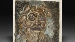 Un masque en mosaïque, un des objets de l'exposition «Vie et mort de Pompé et Herculanum» au British Museum de Londres