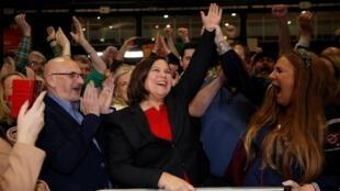 A líder do Sinn Fein, Mary Lou McDonald (centro), comemora o resultado histórico de seu partido nas eleições irlandesas.