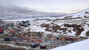 Centre-ville de Longyearbyen, avec le quartier de Lia et les tout nouveaux immeubles. Sur la droite, le Sukkertoppen (« Pain de sucre ») est bardé de protections anti-avalanche.