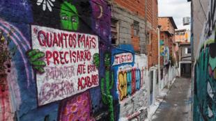 «Combien de morts encore pour que cette guerre s'arrête ?», ont écrit les habitants de Paraisópolis (São Paulo) sur le mur de la ruelle où sont morts neuf jeunes de 13 à 23 ans, dans la nuit du 1er décembre 2019.