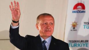 Tổng thống Thổ Nhĩ Kỳ Recep Erdogan vẫy chào các ủng hộ viên tại trụ sở đảng AKP ở Ankara, đêm ngày 24/06/2018