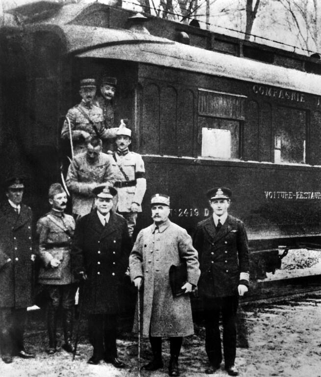 Le maréchal Foch (2e en partant de la droite) et les protagonistes de l'armistice du 11 novembre 1918.