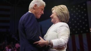 希拉里在纽约庆祝初选胜利,丈夫克林顿登台祝贺。