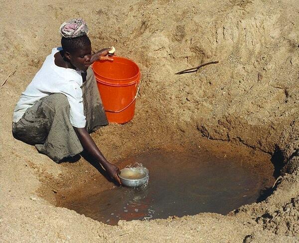 Moja ya chanzo cha maji kinachotumiwa na wanawake wa Tanzania