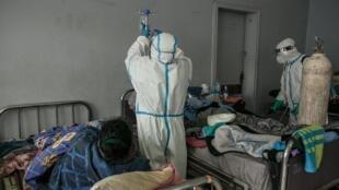 Des membres du personnel de santé s'occupent de patients récemment infectés par le coronavirus à Antananarivo, le 20 juillet 2020.