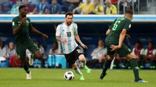 Danh thủ Messi đi bóng giữa hai hậu vệ Nigeria, trong trận đấu ngày 26/06/2018.