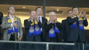 Президент Украины В.Янукович и бывшие руководители Украины В.Ющенко, Л.Кравчук и Л.Кучма на футбольном матче Англия-Украина, 10 сентября 2014.