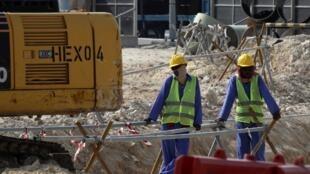 Des travailleurs près du Khalifa International Stadium de Doha en novembre 2018.