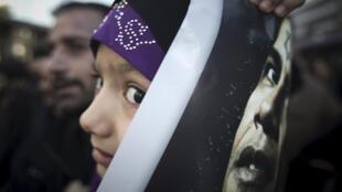 Une fillette iranienne, lors d'une manifestation anti américaine à Téhéran, le 11 janvier 2013.