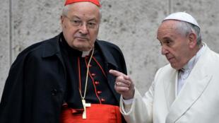 Le pape François avec le cardinal Angelo Sodano, le 13 février 2015 au Vatican.