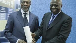 O ex-secretário-geral da ONU Kofi Annan (à esquerda) e o atual diretor-geral da FAO, Jacques Diouf, durante a 37ª conferência da organização aberta hoje em Roma.