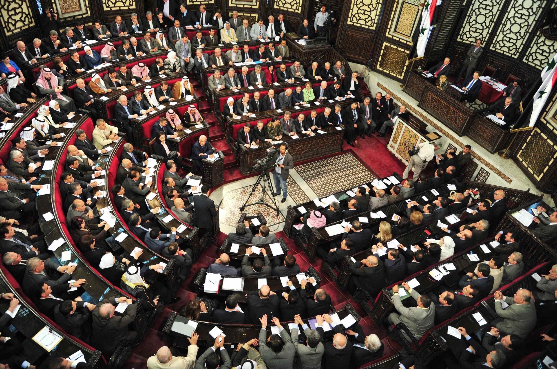 Parlamento sírio reunido em sessão solene nesta segunda-feira (21).