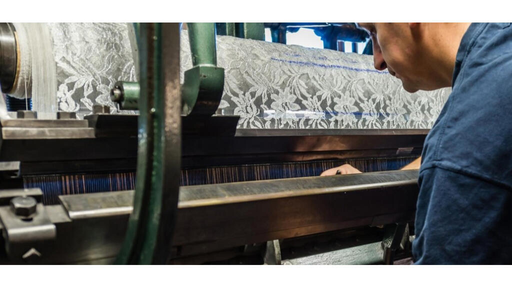 Un métier à tisser vieux de 200 ans sur lequel on fabrique encore aujourd'hui la dentelle de Calais.
