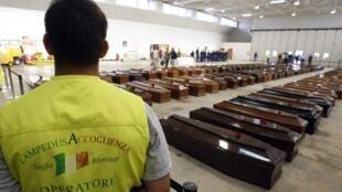 Des cercueils sont alignés à l'aéroport de Lampedusa, le 5 octobre 2013.