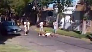 Imagem de vídeo do linchamento de um rapaz acusado de roubo na cidade de Rosário, na Argentina.
