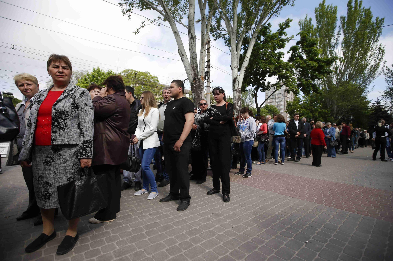 Longa fila de espera para votar no referendo em Marioupol, neste domingo (11).