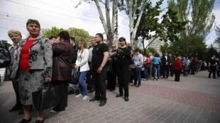 Очередь из голосующих на одном из избирательных участков в Мариуполе
