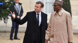 Emmanuel Macron na Muhammadu Buhari mnamo Desemba 12, 2017 Paris, Ufaransa.