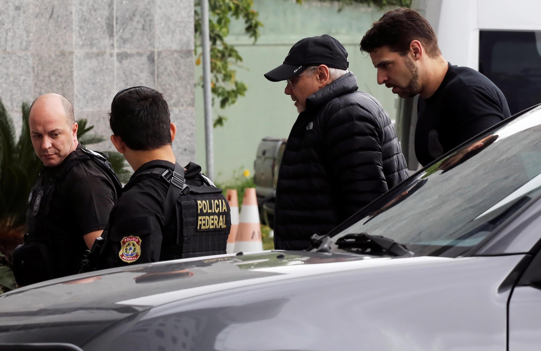 L'ex-ministre des Finances Guido Mantega, casquette sur la tête, escorté par la police fédéral à Sao Paulo, le 22 septembre 2016.