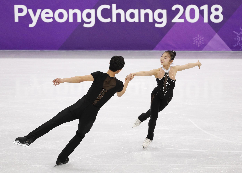 Vận động viên Bắc Triều Tiên Ryom Tae Ok và Kim Ju Sik thi tài tại Thế Vận Mùa Đông Pyeongchang, Hàn Quốc. Ảnh ngày 15/02/2018.