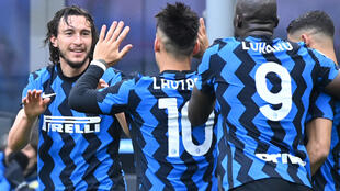 La joie du défenseur de l'Inter Milan, Matteo Darmian (g), félicité par ses coéquipiers, après avoir ouvert le score à domicile contre Cagliari, lors de leur match de Série A, le 11 avril 2021 au stade San Siro