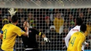 Juan marca o primeiro gol do Brasil contra o Chile.