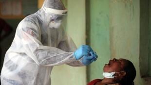 Personnel soignant réalisant un test à Abuja.