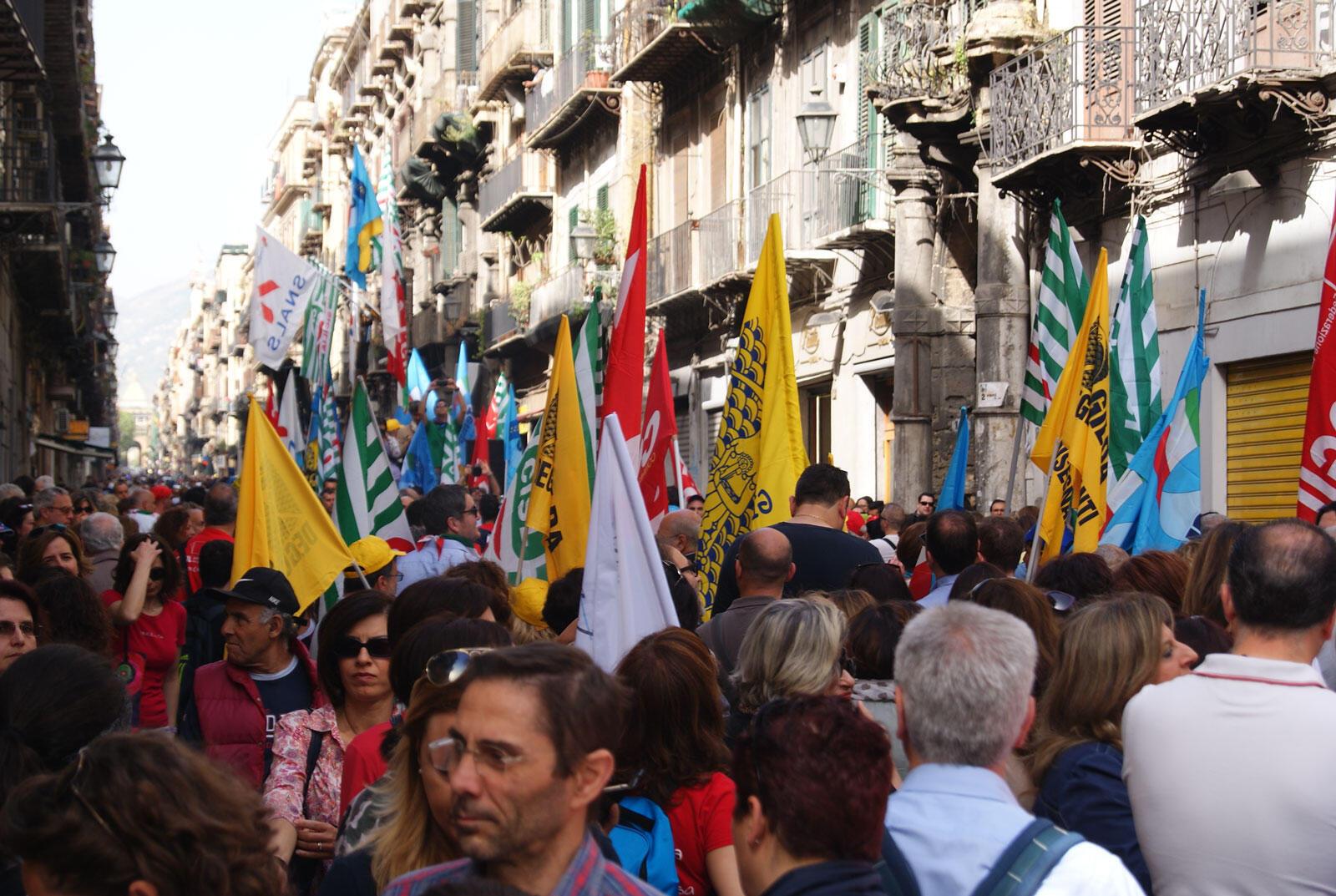 A Palerme, une foule colorée mais très remontée défilait la semaine dernière contre la réforme de Matteo Renzi la « Buona Scuola ».