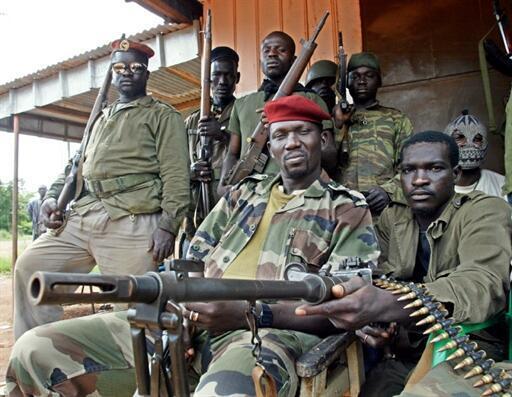 Le sergent Kone Massemba (au centre) un des chefs rebelles Ivoiriens, pose avec ses soldats le 6 octobre 2002 à Korhogo, ville au nord du pays et sous contrôle rebelles.
