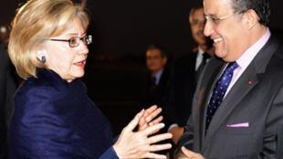 A son arrivée à l'aéroport de Marrakech, la secrétaire d'Etat américaine Hillary Clinton a été accueillie par son homologue marocain.