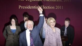 Michael D. Higgins célèbre sa victoire au côté de son épouse Sabina Coyne. Dublin, le 28 octobre 2011.