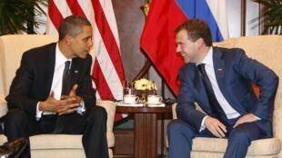 Le président américain Barack Obama (g) et le président russe Dmitri Medvedev, lors d'une réunion bilatérale à Singapour, le 15 novembre 2009.