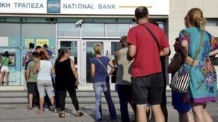 Desde el anuncio del referendo el viernes, los griegos han salido masivamente a retirar su dinero de los bancos del país.