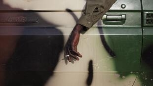 Un soldat malien fume une cigarette dans son pick-up (photo d'illustration).