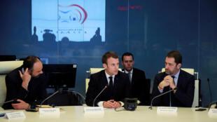 Le président Emmanuel Macron lors d'une réunion suite aux violences de ce samedi 16 mars à Paris. Il est entouré par le Premier ministre Edouard Philippe (g) et le ministre de l'Intérieur Christophe Castaner.