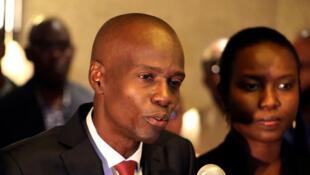 Jovenel Moise s'adresse aux médias à côté de son épouse Martine après avoir remporté 55,67% des voix lors de l'élection présidentielle du 20 novembre,  à Port-au-Prince, en Haïti, le 28 novembre 2016.