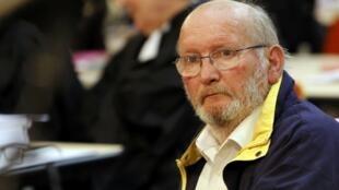 Jean-Claude Mas, fudador da fábrica de próteses de silicone PIP, no início do julgamento nesta quarta-feira, 17 de abril de 2013.
