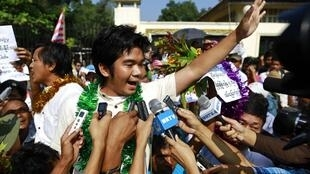 Tù nhân chính trị vừa được tự do, Yan Naing Tun, trả lời báo chí trước nhà giam Insein tại Rangoon, ngày 31/12/2013