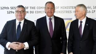 Ngoại trưởng Nga Serguei Lavrov tham gia cuộc họp các ngoại trưởng Hội Đồng Toàn Châu Âu tại Helsinki. Ảnh chụp 17/05/2019, cùng ngoại trưởng nước chủ nhà Phần Lan, Timo Soini (T) và tổng thư ký HĐ Châu Âu Thorbjorn Jagland.