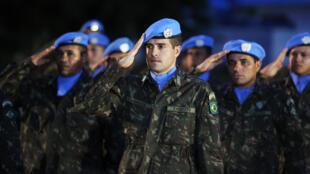 Casques bleus brésiliens au salut, lors de la cérémonie officielle marquant la fin de la Minustah en Haïti, au siège de l'ONU à Port-au-Prince, jeudi 5 octobre 2017.