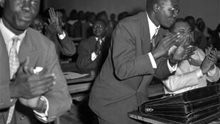 Bamako. 28-29 décembre 1958. Léopold Sédar Senghor (debout à dr.) et Léon Boissier Palun (à g.) membres du PRA, participent à la conférence fédéraliste qui veut unir le Sénégal, le Soudan, le Dahomey et la Haute-Volta.