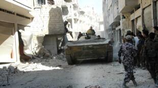 L'armée syrien de Bachar el-Assad dans les rues de Homs, le 27 juillet 2013.