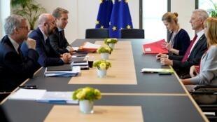 Pour les négociations sur le budget de l'UE, appartés et réunions de travail se multiplient comme celle ci (photo) autour de Charles Michel, président du Conseil européen, vendredi 21 février 2019.