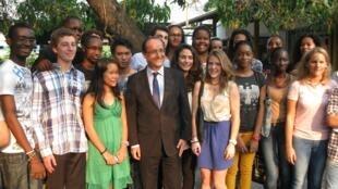 Photo de classe pour François Hollande avec des élèves du Lycée français de Kinshasa.