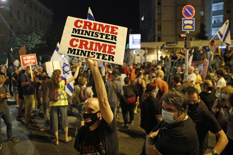 Manifestantes israelíes protestan contra el primer ministro Benjamin Netanyahu, el 30 de julio de 2020 en Jerusalén.