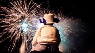 Menino observa espetáculo de fogos de artifício em Jerusalém, nas comemorações dos 70 anos de Israel.