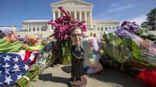 Una estatuilla en homenaje a Ruth Bader Ginsburg, decana de la Corte Suprema de Estados Unidos, en Washington, el 19 de septiembre de 2020